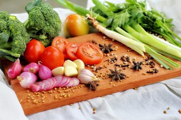 Alimentos: brócolis, alho, tomate