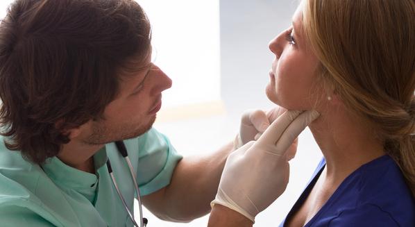 Caroço no pescoço: causas, sintomas e tratamentos