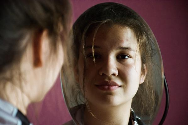 Garota ao espelho