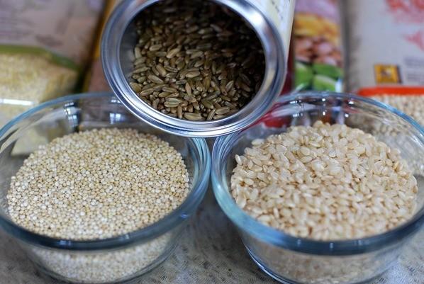 Grãos de arroz integral e quinoa