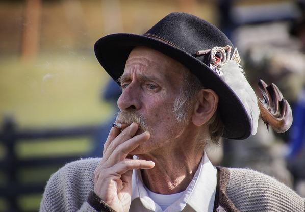 idoso fumando