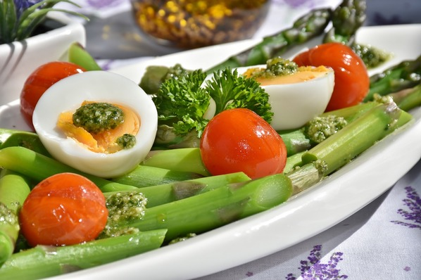 Ovo cozido com legumes